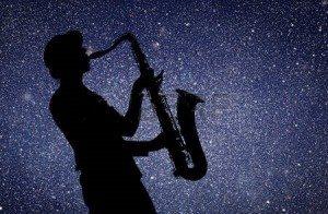 43874301-sassofonista-donna-che-gioca-sul-sassofono-sullo-sfondo-del-cielo-stellato